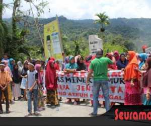 Tuntut Pembongkaran Camp, Warga Blokade Jalan Menuju PT EMM