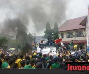 Bakar Ban Warnai Aksi Unjuk Rasa Tolak PT EMM di Meulaboh