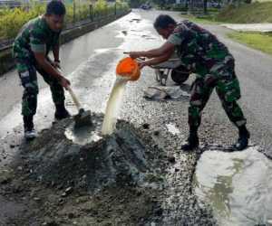 Tak Diperbaiki, TNI Turun Tangan Tambal Lobang Jalan di Suka Makmue