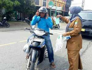 Dinkes Abdya Bagikan Masker Untuk Pengguna Jalan