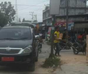 Heboh..! Mobil Dinas Angkut Batu Bata ke Toko Bangunan