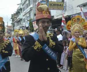 Pelajar Berpakaian Adat Warnai Karnaval HUT RI ke 74 di Abdya