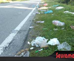 Sampah Rumah Tangga Berserakan di Lintasan Jalan Nasional