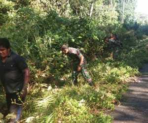 Ancam Pengendara, TNI dan Masyarakat Bersihkan Badan Jalan