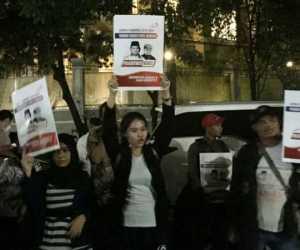 Sekelompok Massa Lakukan Aksi di Depan Rumah Prabowo