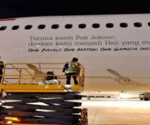 """Ada Tulisan """"Terima Kasih Pak Jokowi"""" Di Badan Pesawat Garuda, Diprotes Warganet"""