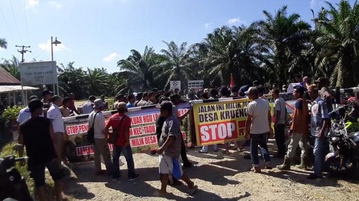 Warga Nagan Raya Blokade Jalan Menuju PT Fajar Baizury dan Brothers