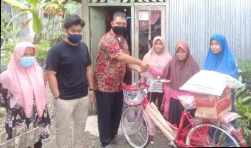 Tiga Siswa SMA Negeri 3 Sinabang Dapat Bantuan Sepeda dari Alumni