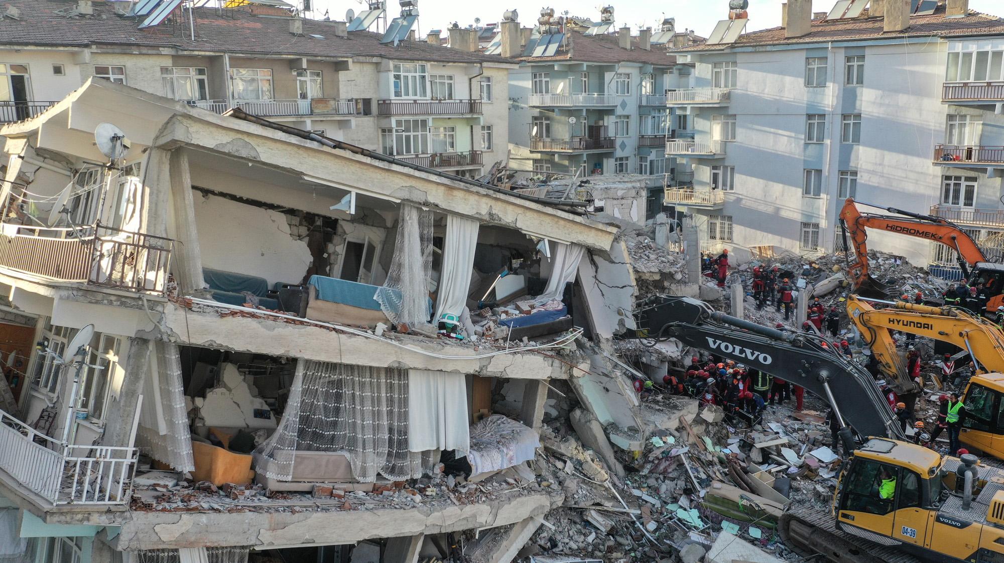 Turki Diguncang Gempa 7,0 SR, Enam Meninggal dan 202 Luka-luka