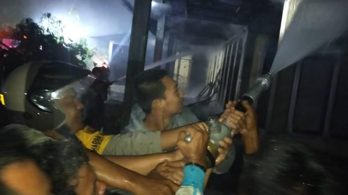 Padamkan Api, BPBD Nagan Raya Kerahkan Dua Unit Damkar