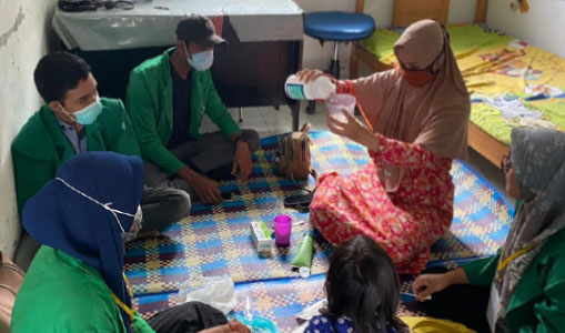 Mahsiswa KKN dan Bidan Gampong Buat Hand Sanitizer