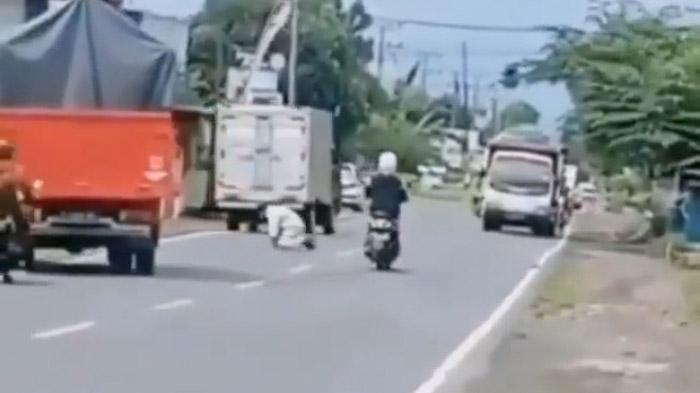 VIDEO - Viral Pria Tidak Dikenal Sholat Ditengah Jalan Padat Kendaraan