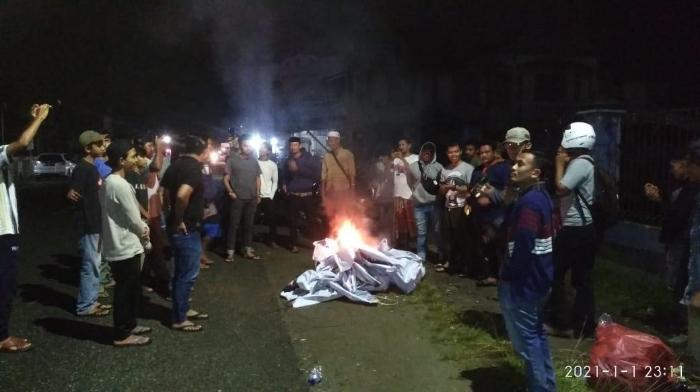 Massa Bakar Spanduk Dukungan Pembubaran Ormas FPI di Abdya