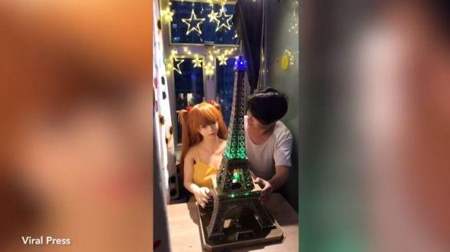 Kagura! Pria Ini Bertunangan Dengan Boneka Seks, Keluarga Merestui