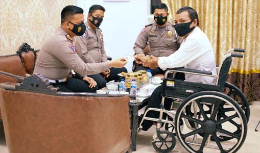 Di Aceh Utara, Seorang Penyandang Disabilitas Diberi SIM Gratis