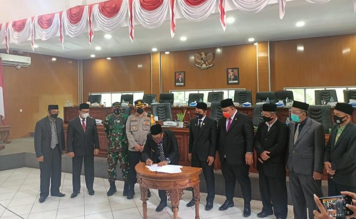 DPRK Aceh Jaya Sahkan Tiga Raqan, Ini Harapan Bupati