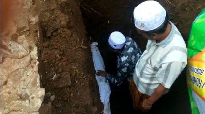 Empat Tahun Terkubur, Jasad dan Kain Kafan Ulama Ini Masih Utuh