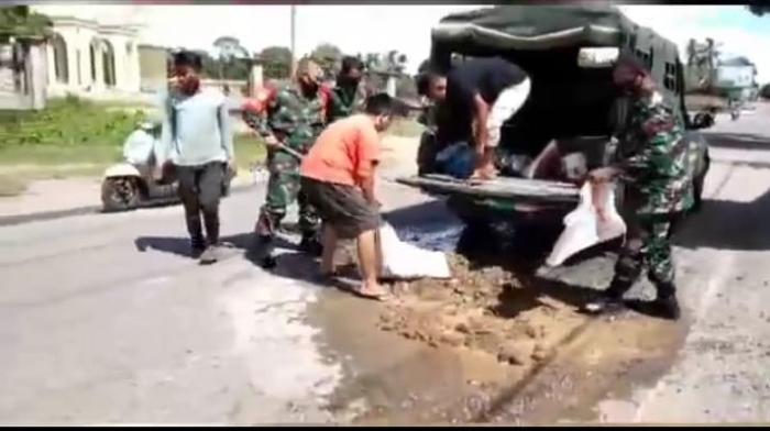 Tangkal Lakalantas Dijalan Raya, TNI Bersama Warga Timbun Jalan Rusak di Abdya