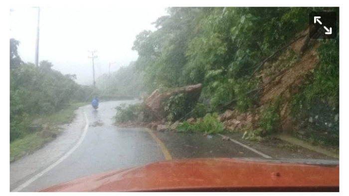 Batu Besar Nyaris Tutup Badan Jalan di Aceh Selatan