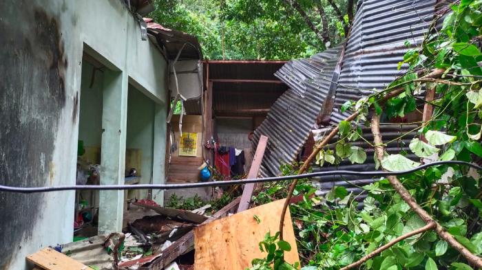Rumah Warga Aceh Jaya Rusak Usai Ditimpa Pohon Material Longsor