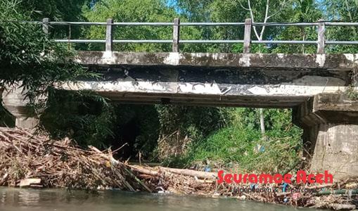 Penampakan Sampah Dibawah Jembatan Desa Tokoh II Abdya