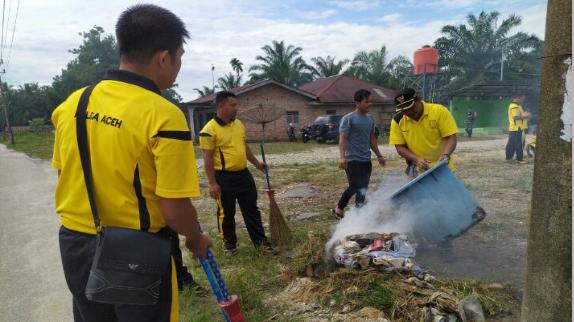 Sambut HUT Bhayangkara, Polsek Penanggalan Bersihkan Masjid Al Amin