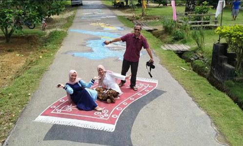 Kreativitas Milenial, Lukisan 3 Dimensi di Jalan Aspal Jadi Objek Selfie Warga