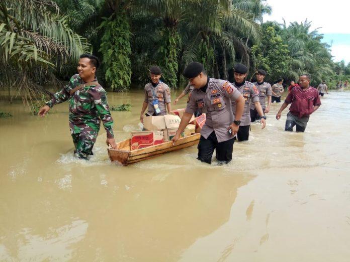 Kapolres dan Ketua Bhayangkari Salurkan Bantuan Banjir